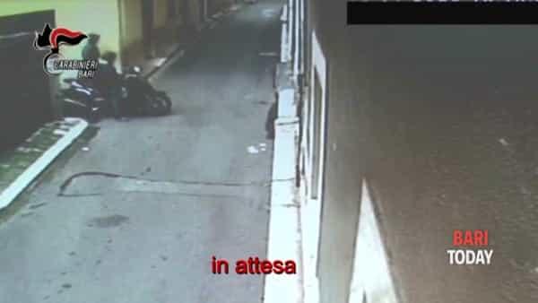 L'attesa della vittima, la gambizzazione e la fuga in motorino: le immagini dell'agguato a Triggiano