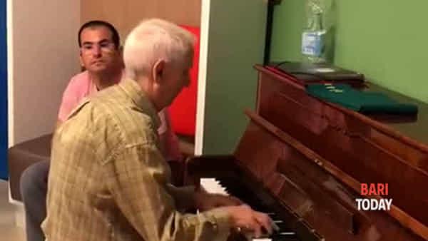 VIDEO | Musica nel reparto di Ematologia del 'Giovanni Paolo II': il pianista 90enne intona 'My way'