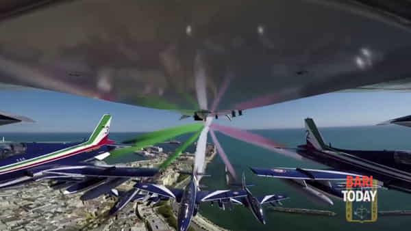 Le Frecce Tricolori in volo sulla città: Bari si svela dall'alto nel video girato dalla Pattuglia acrobatica