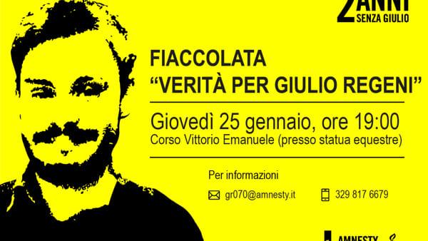 """A Bari la fiaccolata """"Verità per Giulio Regeni"""", migliaia di candele in ricordo della sparizione per continuare a chiedere verità e giustizia"""