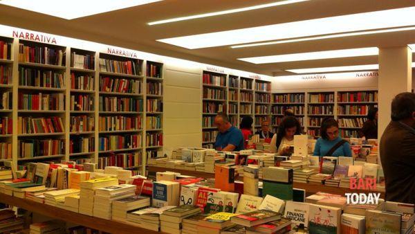 """Federica Introna autrice di """"La congiura"""" alla Libreria Laterza di Bari"""