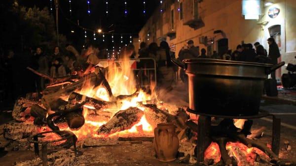 I Fuochi d'Sant'Antonio Abate illuminano le vie di Giovinazzo, 15 falò ricordano gli antichi riti legati al fuoco