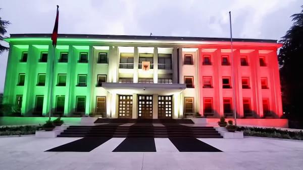 """Il palazzo presidenziale albanese si illumina con il tricolore: """"Italia, siamo con te"""""""