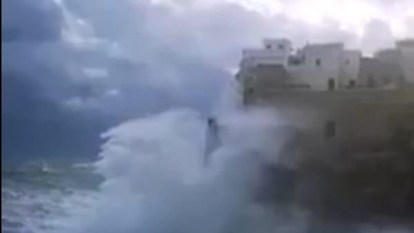 La furia del mare 'travolge' Polignano: onde mozzafiato piombano sulla città vecchia (VIDEO)