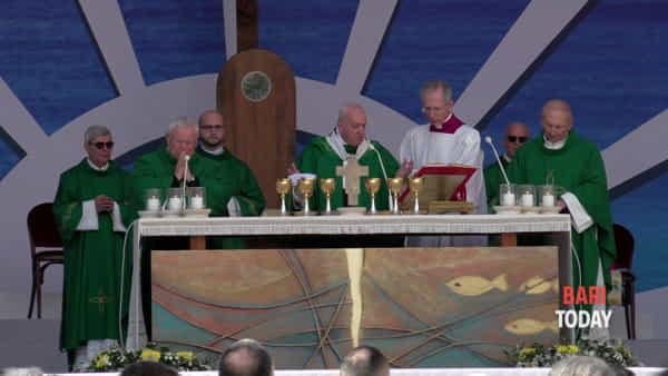 Il calore di 40mila fedeli accoglie Papa Francesco a Bari: il videoracconto della visita