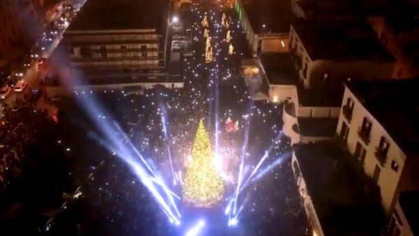 Tra luci, musica e il calore dei baresi, si accede l'albero di Natale in piazza Ferrarese: il videoracconto dell'evento