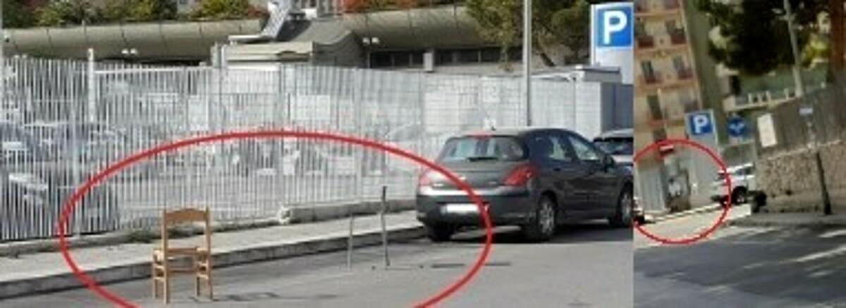 """Bari, sedie sui posti auto nelle strisce bianche: """"Così il parcheggiatore abusivo li tiene occupati ogni mattina"""""""