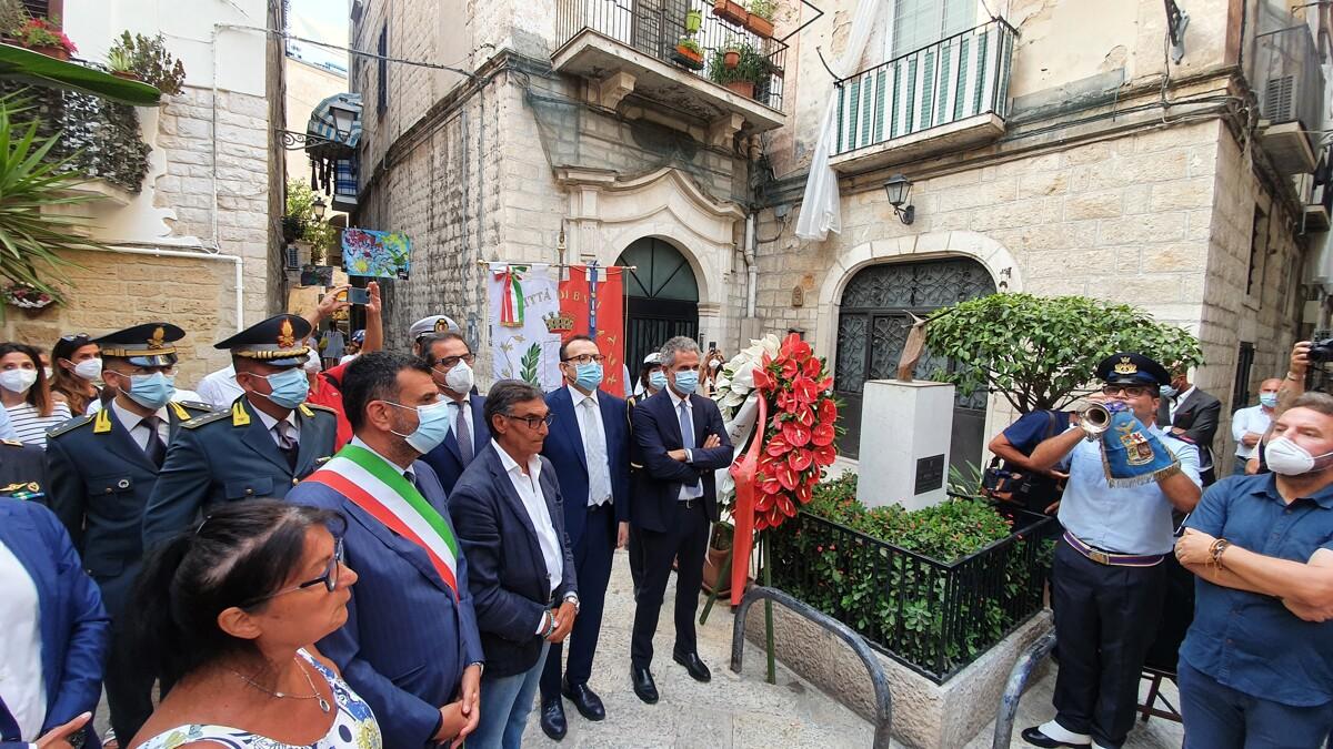 """Omicidio Michele Fazio, a Bari vecchia il ricordo a 20 anni dalla scomparsa, Decaro: """"La città non volta più la faccia"""""""
