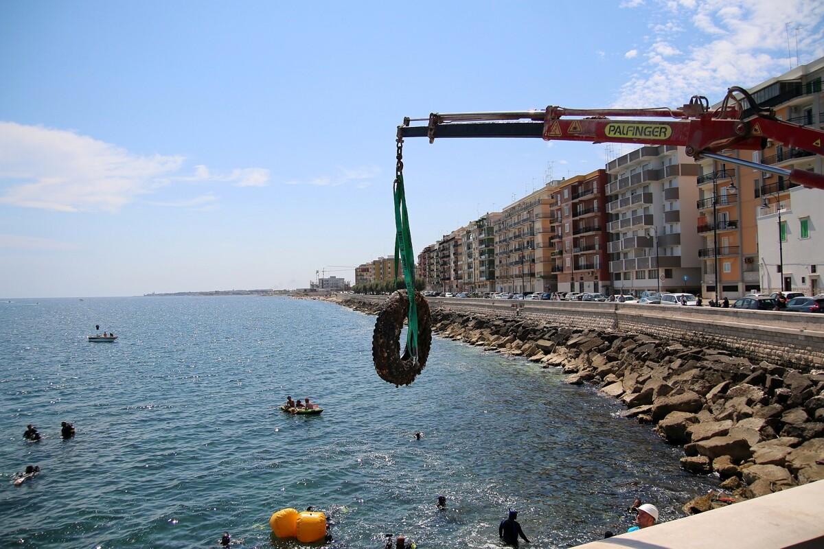 Rifiuti tra i frangiflutti e sui fondali, volontari in azione per la pulizia a Molfetta: 'ripescati' dal mare anche vecchi pneumatici