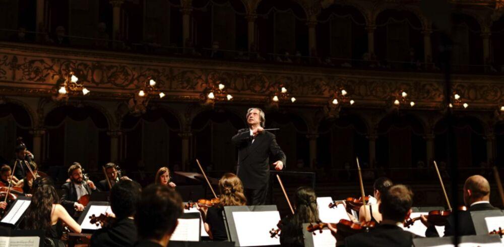Applausi per Muti e l'Orchestra Cherubini, il Petruzzelli riparte con la grande musica: tutto esaurito fino a venerdì