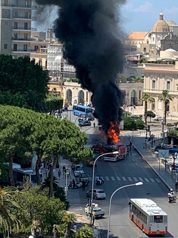 """Bus distrutto dalle fiamme in pieno centro. Sindacati duri con Amtab: """"Noi lo immaginavamo"""""""