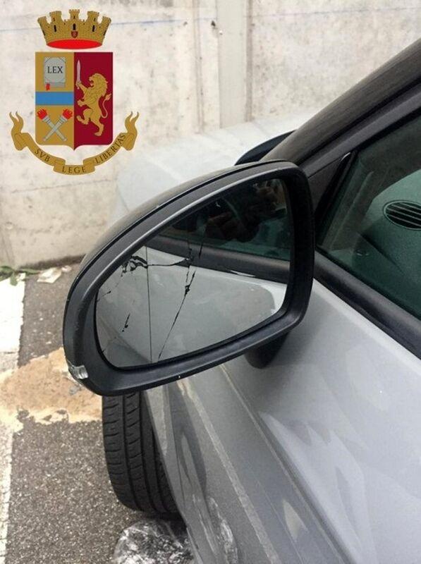 Tentano la truffa dello specchietto, ma la vittima avverte la polizia: intercettati dopo la fuga, nei guai due 'esperti' del raggiro