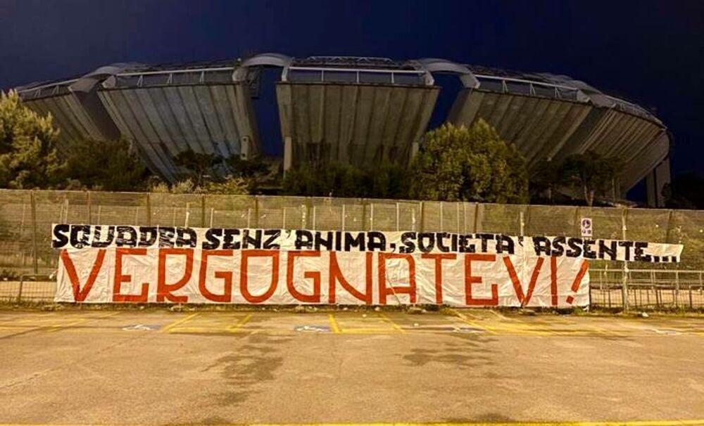 """Striscione di protesta dei tifosi della Ssc Bari dopo la sconfitta a Catanzaro """"""""Squadra senz'anima, società assente. Vergognatevi"""": i tifosi contestano il Bari dopo la sconfitta di Catanzaro Striscione-protesta-bari-2"""