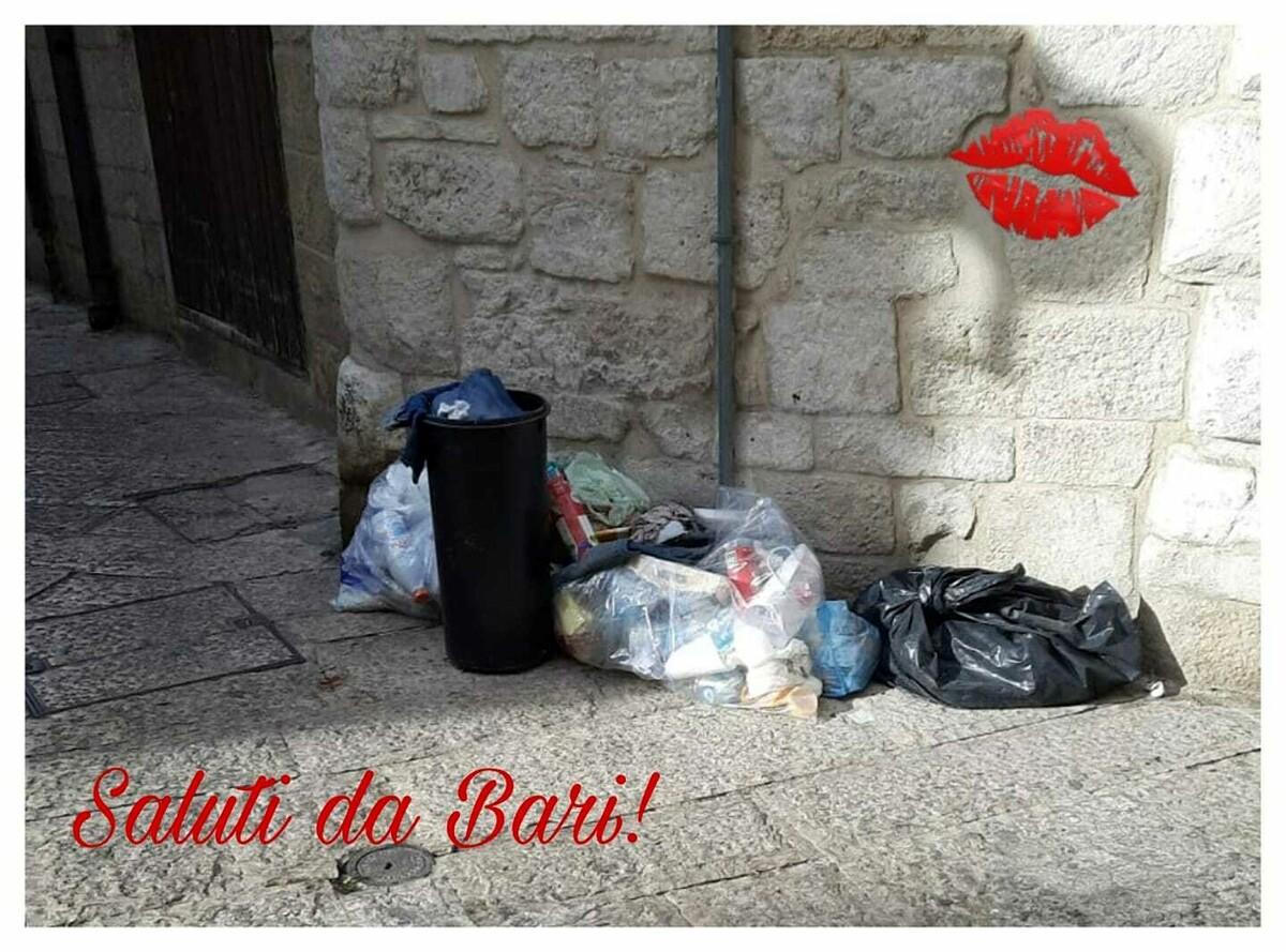 'Saluti da Bari', la squallida cartolina della città tra rifiuti e immondizia per strada: