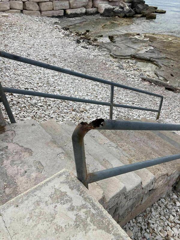 """Ringhiere arrugginite per accedere alle spiagge di Santo Spirito: """"Pericolose per i cittadini"""""""